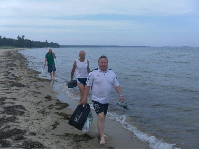 Åhus strand, pojkarna promenerade när jag simmade och sprang bland tången.