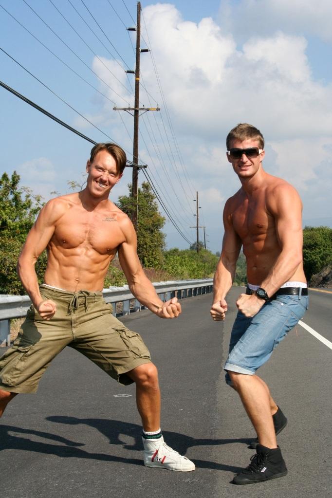 Brorsan och Micke B visar guns på Hawaii