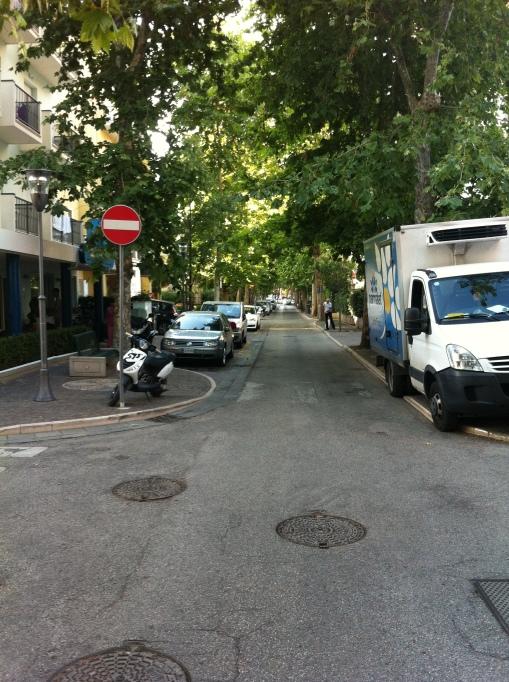 En enkelriktad gata hindrar aldrig en italiensk cyklist. Skyltar ska ses mer som rekommendationer än regler.