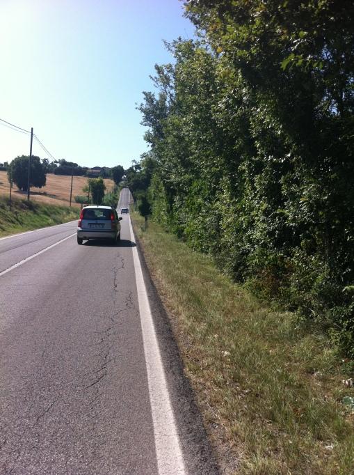 Typisk italiensk väg och annalkande backe när man är på väg att bli trött
