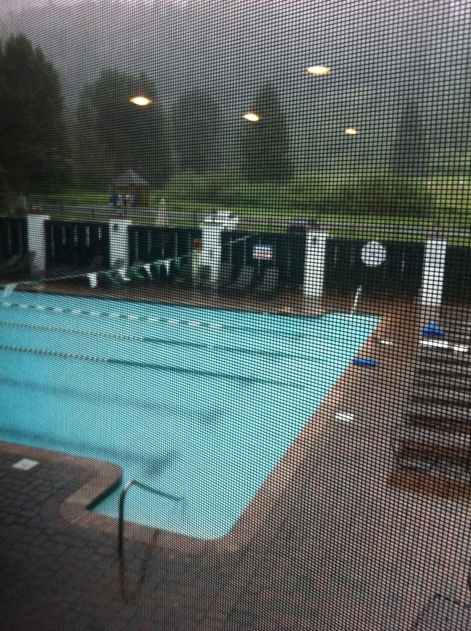Lite regn har väl ingen dött av, iallafall inte i poolen...