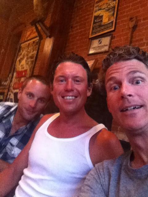 Tre glada amigos på Buffaloe´s; Rich, Jonas o Gordo