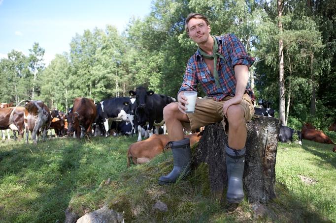 Fredrik med kossorna och ett glas läskande färskmjölk!