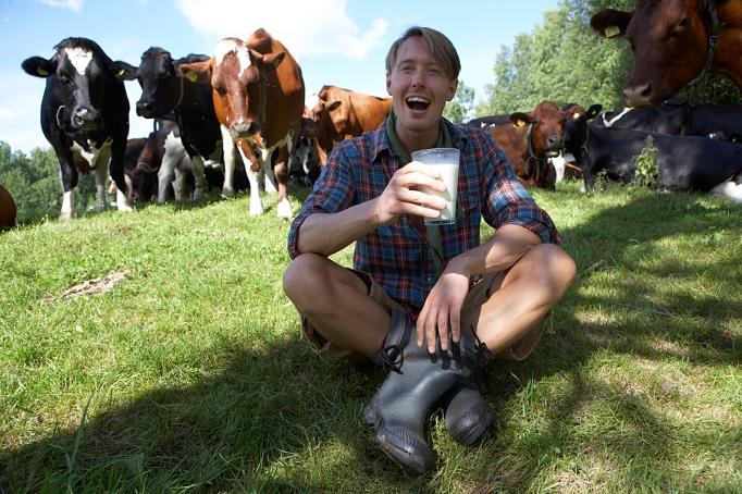 Mera kossor och rå mjölk och en Fredrik i mitten. Samt kobajs som fotograf Tomas Eriksson halkade i!
