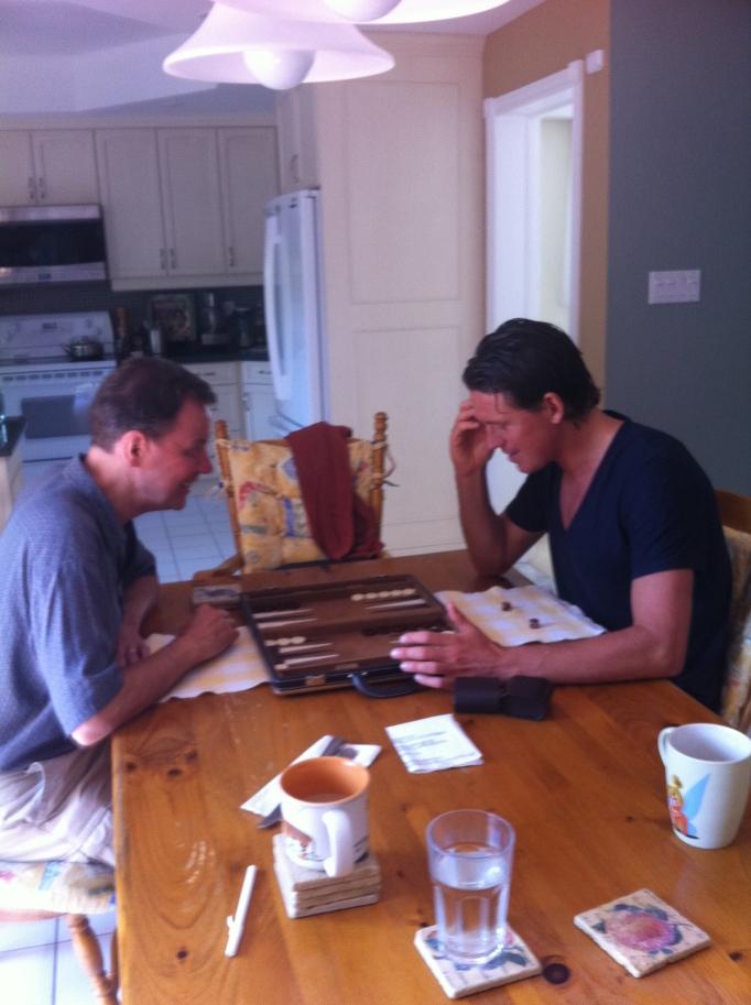 Pappa är bättre än sin son på Backgammon!