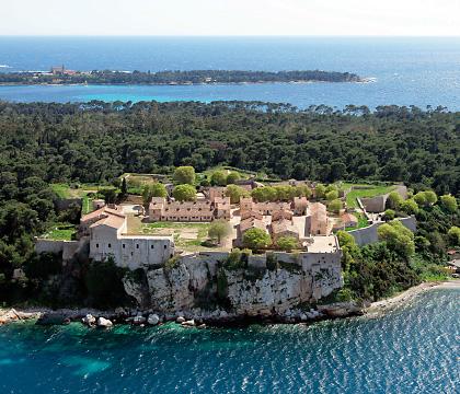 """Iles St Marguerite utanför Cannes. Här satt """"mannen med järnmasken"""". Säkert fick han inte bada heller."""