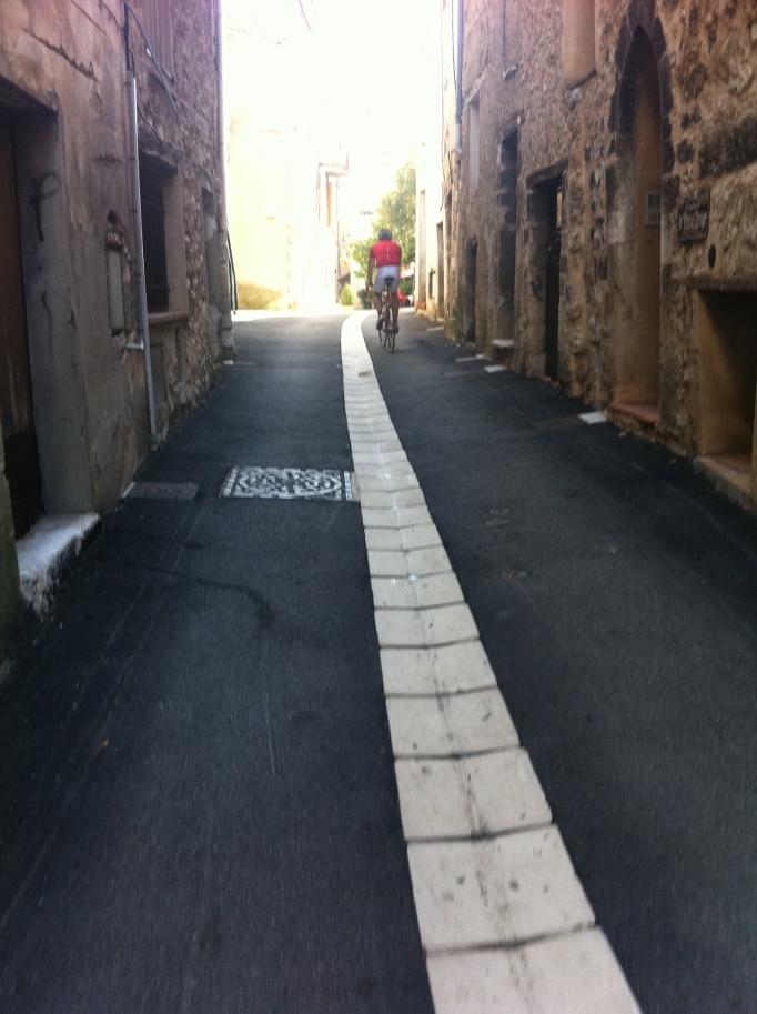 Härligt smal fransk gränd! Här har säkert Voltaire också vinglat runt på velociped.