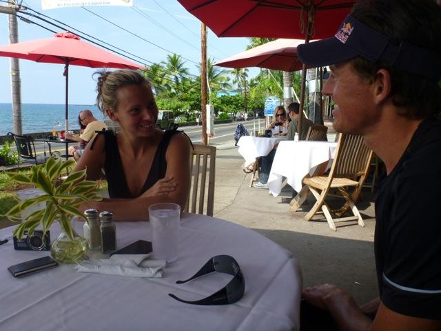 Jag och Elin är pratar om hennes simträning som går från klarhet till klarhet!